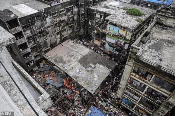 Tan hoang hiện trường sập chung cư 3 tầng ở Ấn Độ khiến ít nhất 10 người chết Ảnh 1
