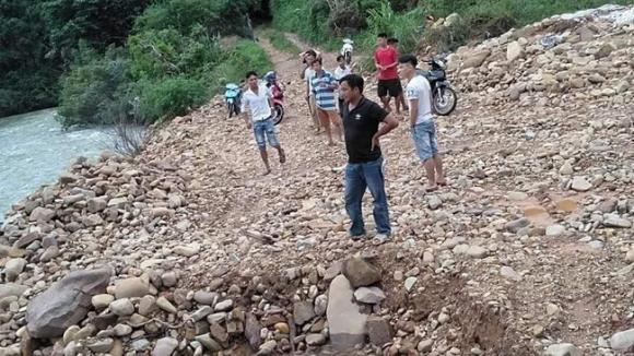 Vợ trượt chân ngã xuống sông, chồng nhảy xuống cứu nhưng bất thành khiến cả 2 tử vong thương tâm