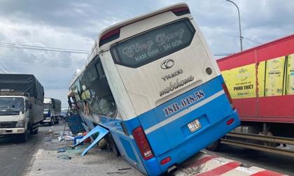 Tránh xe máy băng qua đường, xe khách tông chết người rồi lao lên dải phân cách