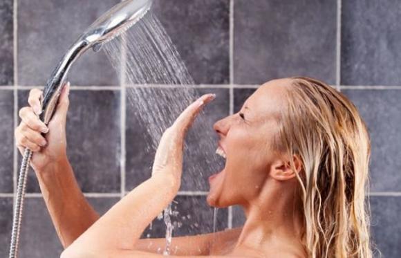 Tắm nước nóng vào buổi sáng gây mệt mỏi buồn ngủ hơn
