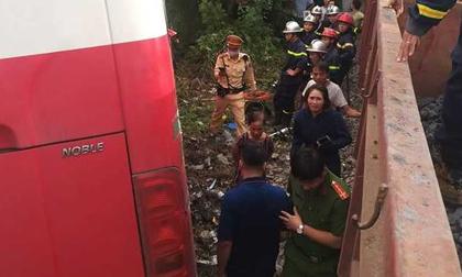 Tàu hỏa tông xe 45 chỗ đưa đón học sinh, ít nhất 2 cháu bị thương