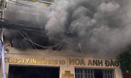 Cháy công ty may mặc ở Tân Bình, 5 người đu dây vải tiếp đất