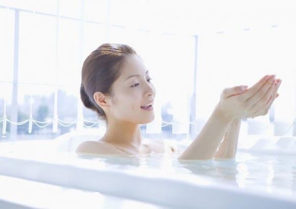 Sau sinh không tắm nước lạnh