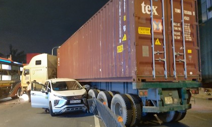 Xe container húc văng giải phân cách, tông 2 ôtô trên phố Sài Gòn
