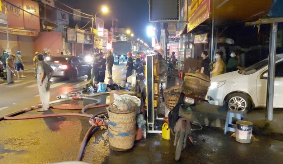 Cháy bãi xe trong đêm, người dân hoảng hốt ôm tài sản tháo chạy - 1