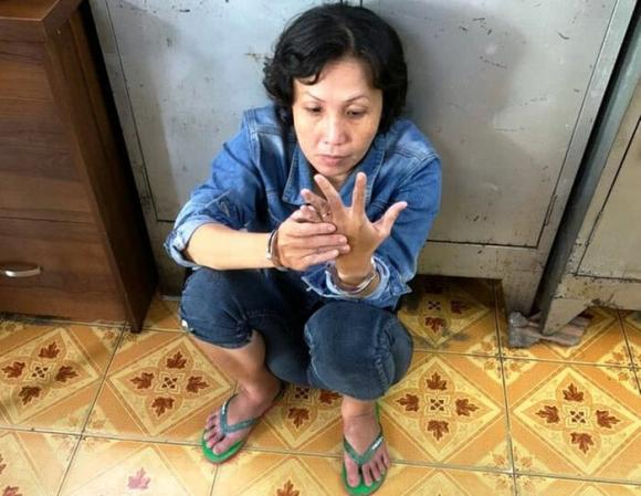 Bắt người mẹ 'xui' con ăn trộm tiền của bà cụ bán bán tạp hóa vỉa hè