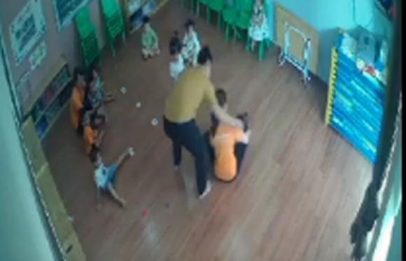 Phụ huynh tát vào mặt bé gái 2 tuổi đã tới nhà xin lỗi và không được chấp nhận - Ảnh 2.