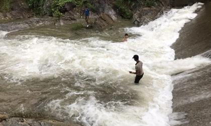 2 vợ chồng bị lũ cuốn khi lội qua suối, chồng mất tích