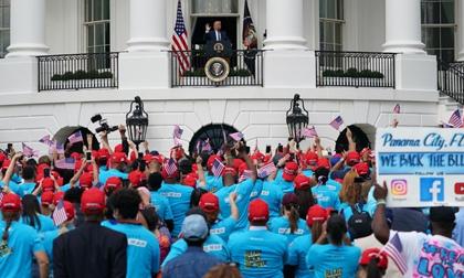 Ông Trump gỡ khẩu trang, lần đầu tiên xuất hiện trước công chúng sau khi ra viện