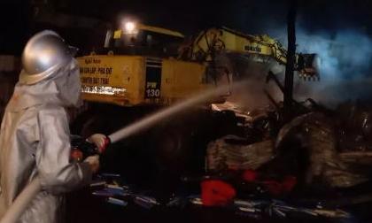 Gần 100 cán bộ, chiến sĩ PCCC dập tắt vụ cháy kho hàng trong đêm tại Hà Nội