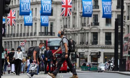 Vì sao hàng nghìn người Anh tình nguyện mắc Covid-19?