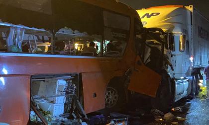 2 người tử vong, 10 người bị thương sau khi xe khách đấu đầu xe đầu kéo