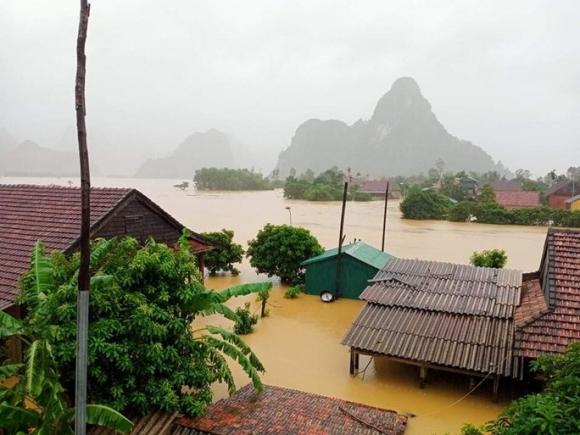 Lũ lịch sử ở Quảng Bình: Hơn 34.000 nhà dân ngập lụt, dân cuống cuồng chạy lũ trong đêm - Ảnh 1.