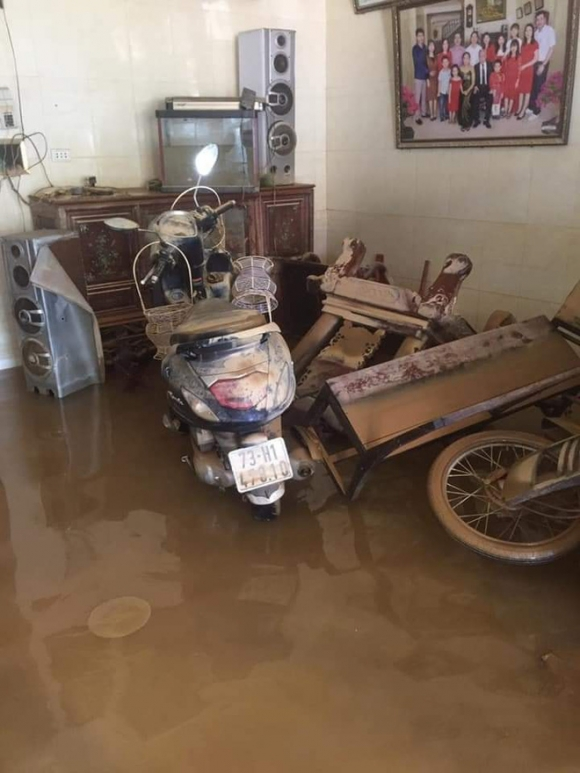 Khung cảnh nhà cửa tan hoang sau trận 'đại hồng thuỷ' ở Quảng Bình: Tài sản bị ngâm nước nhầy nhụa bùn đất, thóc mọc mầm, vật nuôi chết hàng loạt - 6