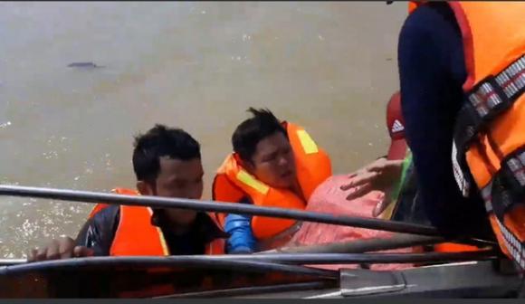Quảng Bình: Đoàn cứu trợ 6 người bị lật thuyền rơi xuống dòng lũ dữ - 1