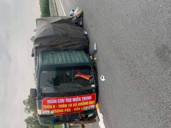 Xe chở hàng cứu trợ bị lật, tài xế bị thương nặng - 1