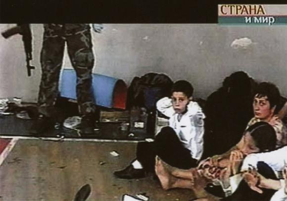 Những bức hình đầy ám ảnh và ký ức kinh hoàng sau 16 năm vụ thảm sát con tin gây chấn động thế giới tại Trường học Số 1 - 2