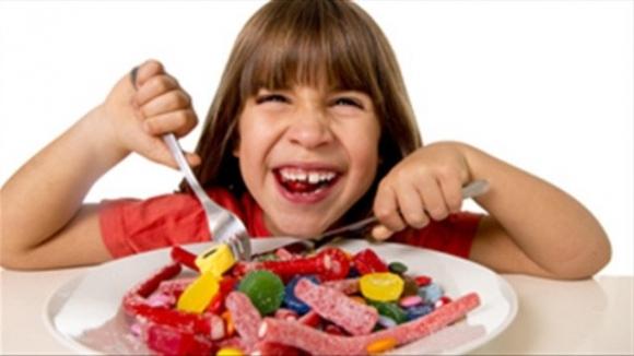 Không nên cho trẻ ăn nhiều đồ ngọt