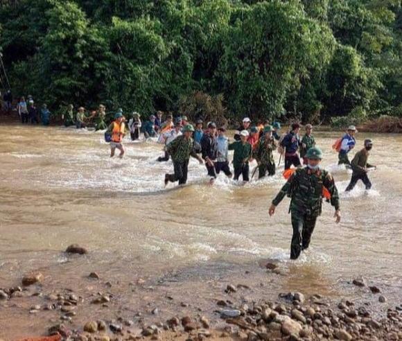 Tìm thấy thi thể 3 anh em ruột bị núi sạt lở vùi lấp ở Quảng Bình - 1