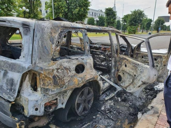 Xe sang Mercedes GL450 đang chạy bất ngờ cháy ngùn ngụt - Ảnh 2.