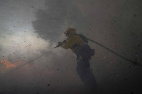 Cháy rừng tại California mất kiểm soát, khoảng 100.000 người phải đi sơ tán - 1