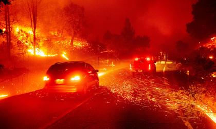 Cháy rừng tại California mất kiểm soát, khoảng 100.000 người phải đi sơ tán