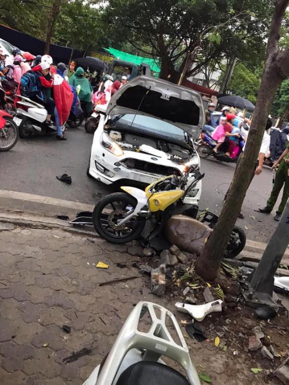 Hà Nội: Kinh hoàng ô tô 'điên' mất lái hất văng người đi xe máy vào nhà dân ven đường - 2