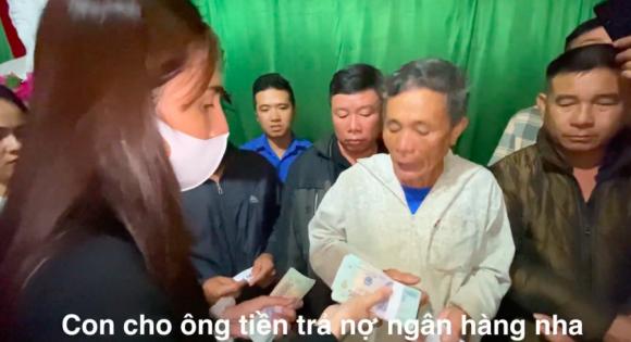 Thủy Tiên bị dân mạng chỉ trích khi từ thiện 200 triệu đồng cho cụ ông mất trắng tài sản vì lũ