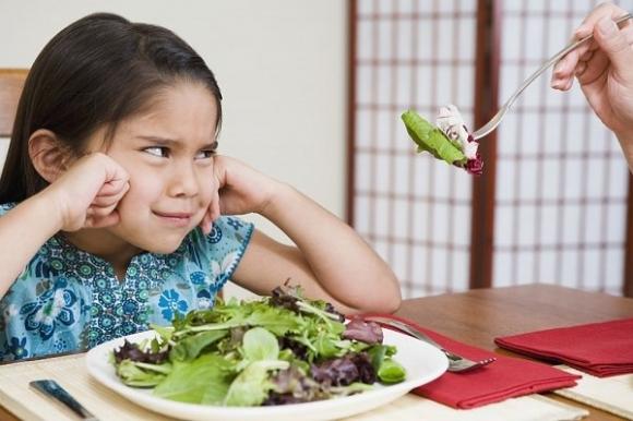 Không nên cho bé ăn rau để qua đêm