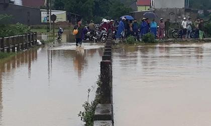 Đi xe máy qua đường ngập nước, 3 chú cháu bị lũ cuốn trôi