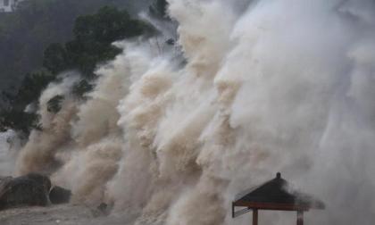 Siêu bão Goni giật trên cấp 17 càn quét Philippines, di chuyển nhanh vào biển Đông, miền Trung lại đối mặt với bão lớn