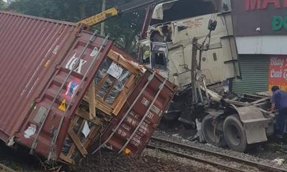 Xe container băng qua đường ray bị tàu hỏa tông đứt lìa, tài xế nguy kịch