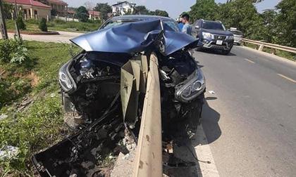 Dải phân cách đâm xuyên thủng ô tô, hiện trường vụ tai nạn kinh hoàng chiều Chủ Nhật