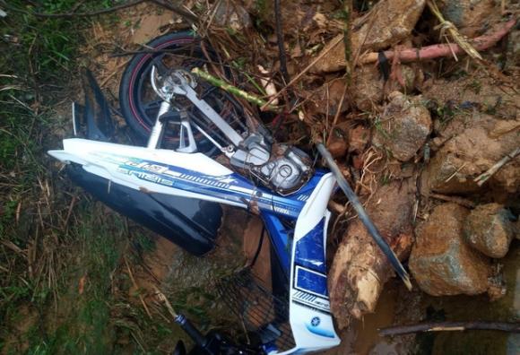 Tự ý dỡ rào chắn đi qua khu vực nguy hiểm, 2 thanh niên bị sạt lở núi vùi lấp suýt chết