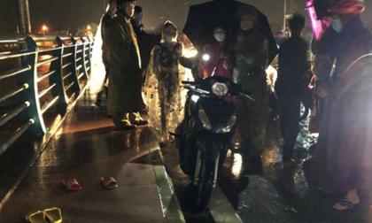 Quảng Ngãi: Mâu thuẫn gia đình, mẹ ôm 2 con lên cầu giữa lúc nước lũ dâng cao, để lại xe máy và 2 đôi dép