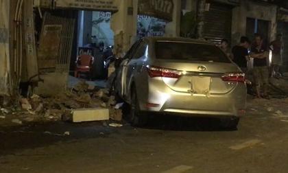 Ô tô va chạm xe máy, lao tiếp hơn 100m rồi tông sập cổng nhà dân