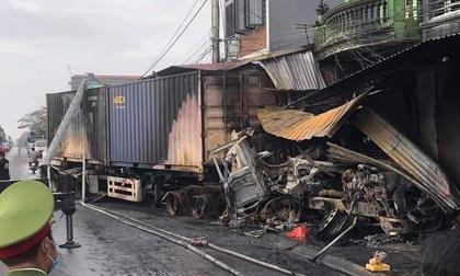 2 xe container va chạm khiến 3 nhà dân bốc cháy, tài xế tử vong tại chỗ