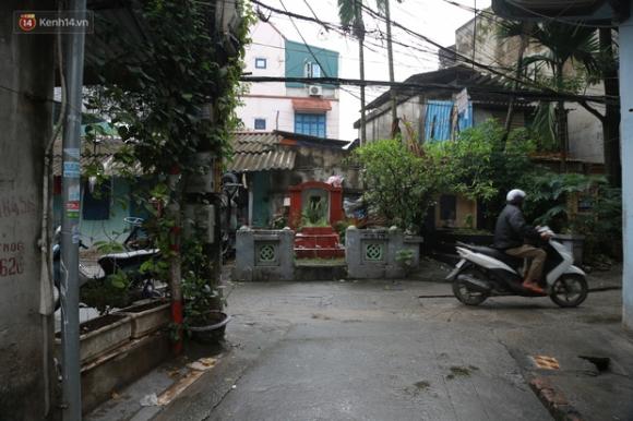 Cận cảnh nghĩa địa trong phố Hà Nội: Nơi người dân vẫn vô tư ăn uống, vui chơi bên cạnh mộ người chết - 1