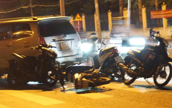 Hiện trường đáng sợ vụ ô tô tông cả chục xe máy, nhiều người bị thương nằm la liệt trên đường - 5