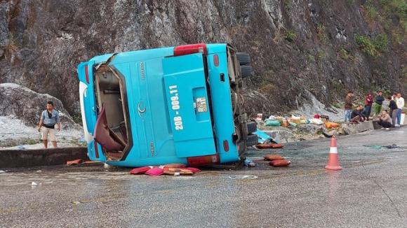 Lật xe khách giường nằm trên quốc lộ, 8 người thương vong - Ảnh 1.