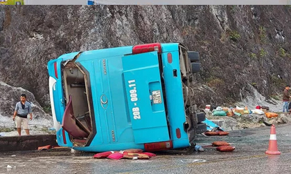 Lật xe khách giường nằm trên quốc lộ, 8 người thương vong