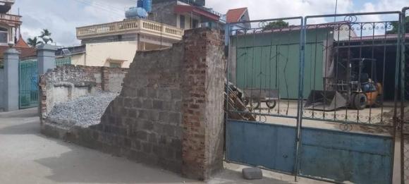 Tường nhà dân đổ sập, bé gái 11 tuổi tử vong - 1