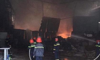 Cháy kho hàng gần 1.000m2 ở Nghệ An, hàng chục chiến sĩ tham gia cứu hỏa