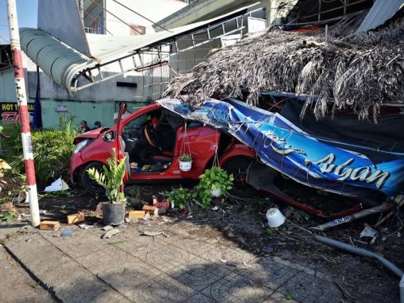 Ôtô tông hàng loạt xe máy, làm sập quán cà phê ven đường - 5