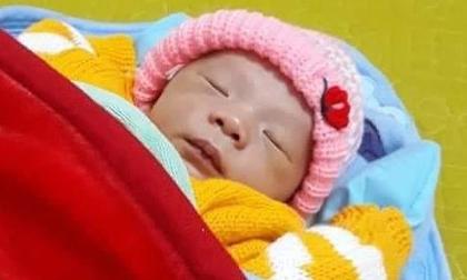 Phát hiện bé trai 2 ngày tuổi bị bỏ rơi trong bao ni lông