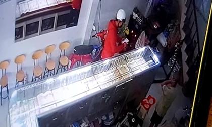 Nam thanh niên đeo khẩu trang kín mặt bất ngờ tấn công, đánh liên tiếp vào mặt chủ tiệm vàng