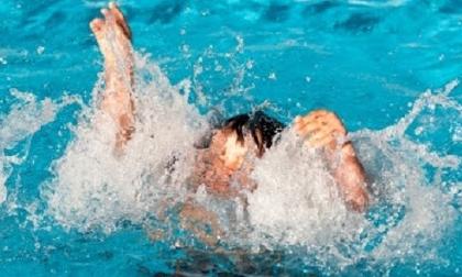 Ông nội đau đớn phát hiện 2 cháu ruột sinh đôi chết đuối trong bể nước