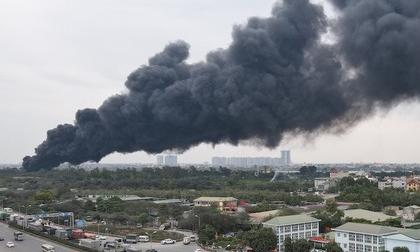 Cháy lớn dưới cầu Thanh Trì, cột khói đen bốc cao hàng chục mét