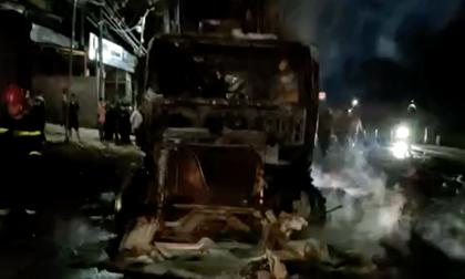 Xe container bốc cháy lúc nửa đêm, tài xế bung cửa thoát thân