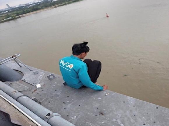 Giải cứu thanh niên có ý định nhảy cầu Cần Thơ để tự tử vì vỡ nợ chứng khoán Ảnh 1